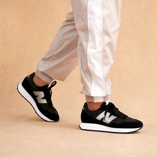 New Balance 237 sneaker: eigentijds met een knipoog naar het verleden.