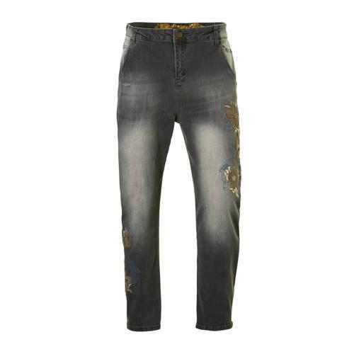 cropped high waist boyfriend jeans met borduursels grijs, Deze dames boyfriend jeans van Desigual heeft een hoge taille en kortere broekspijpen. De spijkerbroek is gemaakt van stretchdenim. Het model heeft geborduurde details met pailletten op de linker broekspijp. Verder heeft de jeans een rits- en knoopsluiting, riemlussen en 2 zakken aan de voor- en achterzijde.Extra gegevens:Merk: DesigualKleur: GrijsModel: Jeans (7/8) (Dames)Voorraad: 2Verzendkosten: 0.00Plaatje: Fig1Plaatje: Fig2Maat/Maten: 24Levertijd: direct leverbaar