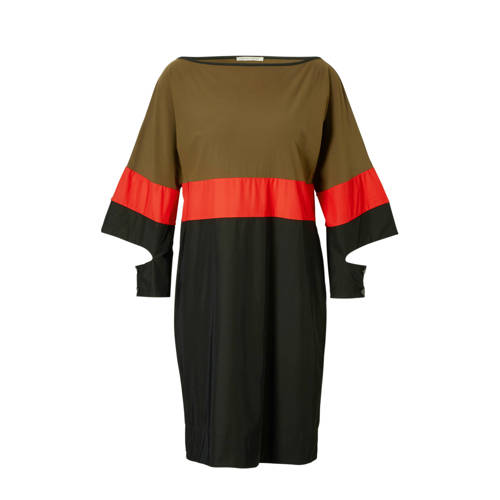 Fifth House Eryn Cuff jurk, Dames Eryn Cuff jurk van Fifth House, uitgevoerd in een stretch kwaliteit. Het model is voorzien van een boothals met een contrasterende bies en lange uitgesneden mouwen met een knoopsluiting.Extra gegevens:Merk: Fifth HouseKleur: GroenModel: Jurk (Dames)Voorraad: 2Verzendkosten: 0.00Plaatje: Fig1Maat/Maten: 44 (2XL)Levertijd: direct leverbaar