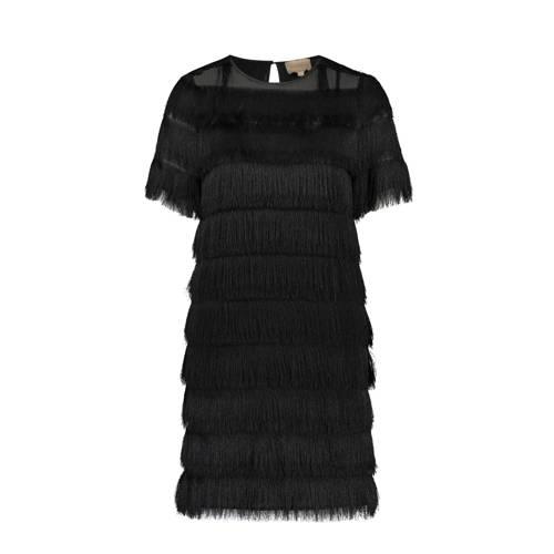 JOSH V jurk Ris, Dames jurk Ris van JOSH V, uitgevoerd in een geweven kwaliteit. Het model is voorzien van een ronde hals met een knoopsluiting aan de achterzijde en korte mouwen.Extra gegevens:Merk: JOSH VKleur: ZwartModel: Jurk (Dames)Voorraad: 2Verzendkosten: 0.00Plaatje: Fig1Maat/Maten: SLevertijd: direct leverbaarAanbiedingoude prijs: € 149.99