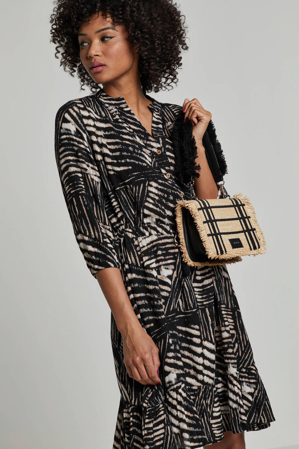 whkmp's beachwave crinkle geweven jurk met all-over print, Zwart/ecru/beige