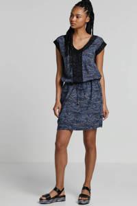whkmp's beachwave jurk met all over print en kant blauw/zwart/ecru, Blauw/zwart/ecru