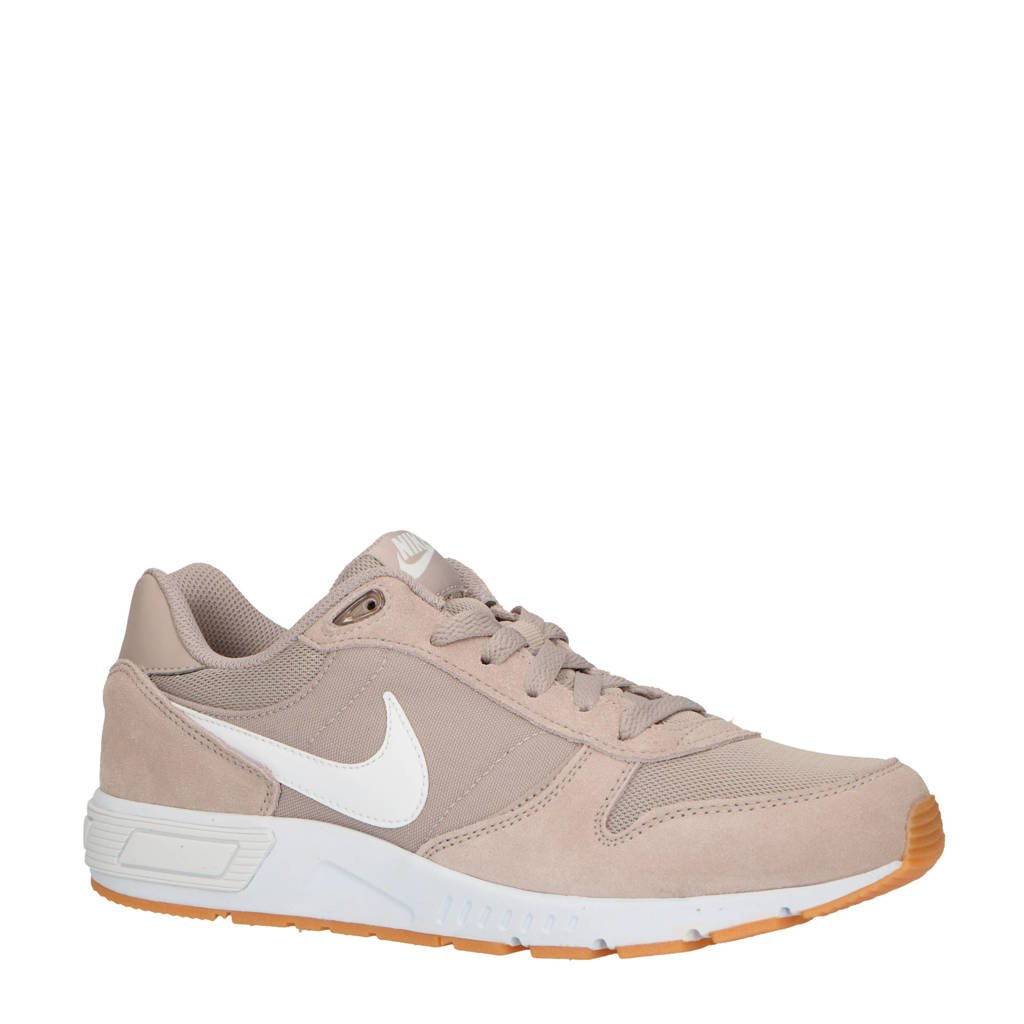 Nike   Nightgazer sneakers taupe, Taupe/wit