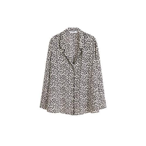 Violeta by Mango blouse met panterprint wit, Deze blouse voor dames van Violeta by Mango is gemaakt van polyester. Het model heeft een reverskraag en lange mouwen. De blouse is wit en sluit je met knopen.Extra gegevens:Merk: Violeta by MangoKleur: WitModel: Blouse (Dames)Voorraad: 2Verzendkosten: 0.00Maat/Maten: 50(XL)Levertijd: direct leverbaarAantal reviews: 1Gemiddelde rating: 3.00