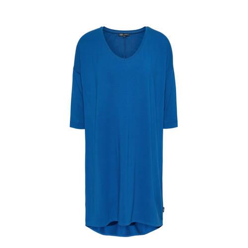 Didi jurk kobaltblauw, Deze damesjurk van Didi is gemaakt van een viscosemix. Het model heeft een V-hals en lange mouwen. De jurk heeft als basiskleur blauw.Extra gegevens:Merk: DidiKleur: BlauwModel: Jurk (Dames)Voorraad: 1Verzendkosten: 0.00Plaatje: Fig1Maat/Maten: 34Levertijd: direct leverbaar