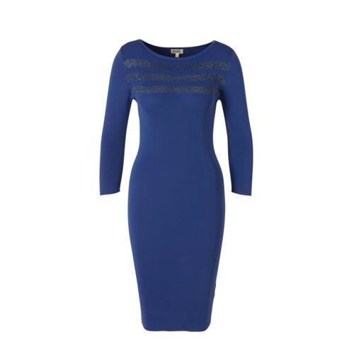 Ruby gebreide jurk kobaltblauw met lurex streep, Fijn gebreide jurk van Ruby, gemaakt van viscose/polyamide mix. De aansluitende jurk heeft een ronde hals en 3/4 mouwen. De jurk heeft aan de voorkant 3 ingebreide strepen in een multikleur lurex.Extra gegevens:Merk: RubyKleur: BlauwModel: Jurk (Dames)Voorraad: 9Verzendkosten: 0.00Plaatje: Fig1Maat/Maten: 38Levertijd: direct leverbaar