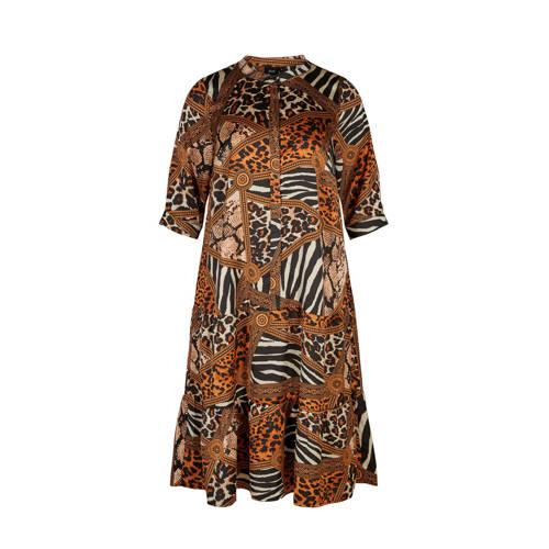 Zizzi blousejurk met all over print bruin zwart beige, Deze maxi dames blousejurk van Zizzi is gemaakt van polyester en heeft een all over print. Het model beschikt over een knoopsluiting. De jurk heeft verder een opstaande kraag en 3/4 mouwen.Extra gegevens:Merk: ZizziKleur: ZwartModel: Jurk (Dames)Voorraad: 9Verzendkosten: 0.00Plaatje: Fig1Plaatje: Fig2Maat/Maten: 50/52Levertijd: direct leverbaar