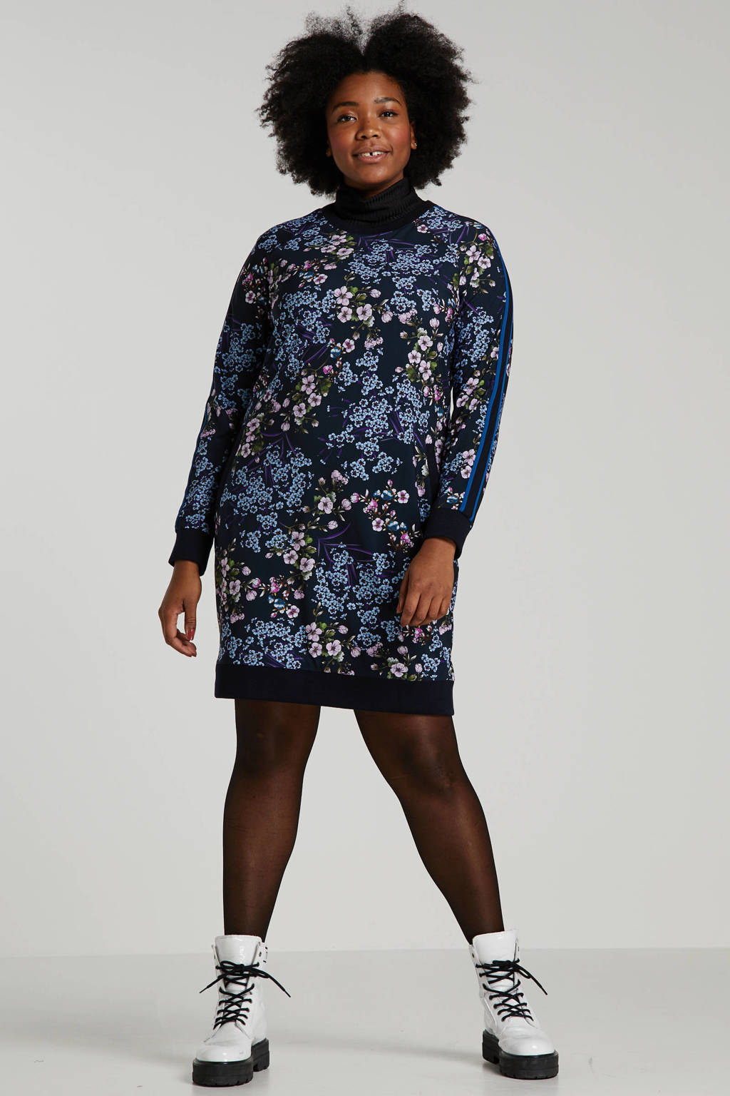 Plus Basics gebloemde jersey jurk van travelstof met zijstreep donkerblauw multi, Donkerblauw multi
