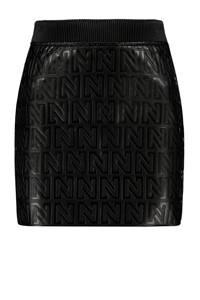 NIKKIE imitatieleren rok met logo zwart, Zwart