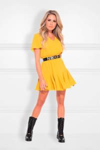 NIKKIE jurk Romy  met plooien geel, Geel