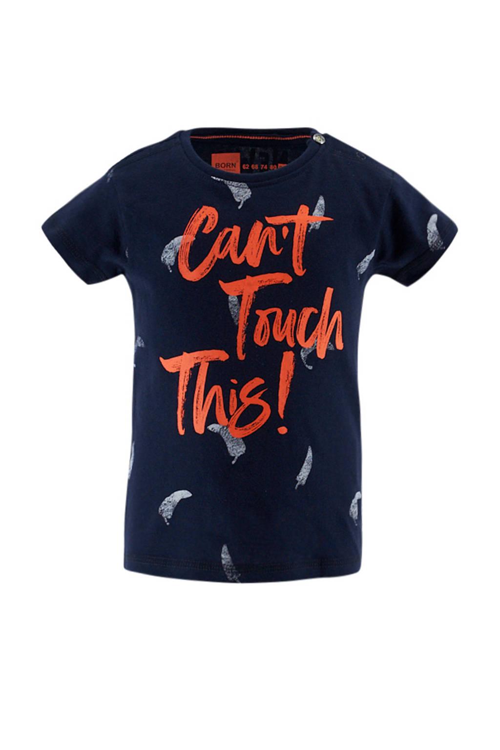 born to be famous. baby T-shirt met all over print marine/wit/oranje, Marine/wit/oranje