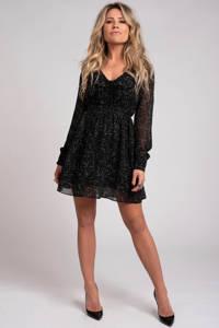 NIKKIE jurk Fylene met all over print en ruches zwart, Zwart
