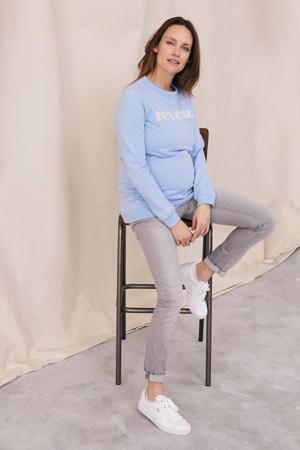 zwangerschapssweater Reveur met tekst lichtblauw/wit