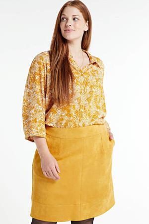 blouse KYAT 548 met all over print en plooien okergeel/wit