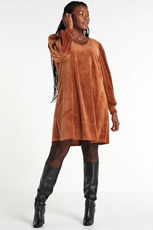 fluwelen jurk met plooien bruin