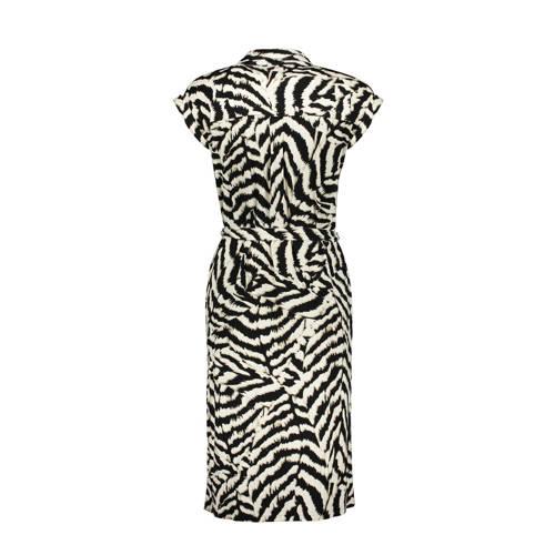 Geisha jurk met zebraprint en ceintuur zwart zand, Deze maxi damesjurk van Geisha is gemaakt van een viscosemix en heeft een zebraprint. Het model beschikt over een knoopsluiting. De jurk met kapmouwtjes heeft verder een klassieke kraag.details van deze jurk:een ceintuur1 borstzakExtra gegevens:Merk: GeishaKleur: ZwartModel: Jurk (Dames)Voorraad: 1Verzendkosten: 0.00Plaatje: Fig1Maat/Maten: LLevertijd: direct leverbaar