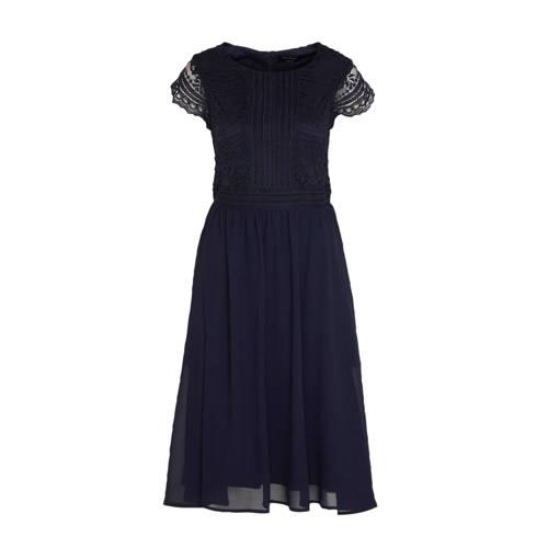 C A Yessica jurk met kant donkerblauw, Deze damesjurk van Yessica uit de C&A-collectie is gemaakt van polyester. Het model beschikt over een blinde ritssluiting. De jurk heeft verder een ronde hals en kapmouwtjes. De jurk is gevoerd.details van deze jurk:kanten detailsplooienExtra gegevens:Merk: C&AKleur: BlauwModel: Jurk (Dames)Voorraad: 1Verzendkosten: 0.00Plaatje: Fig1Plaatje: Fig2Maat/Maten: 38Levertijd: direct leverbaar