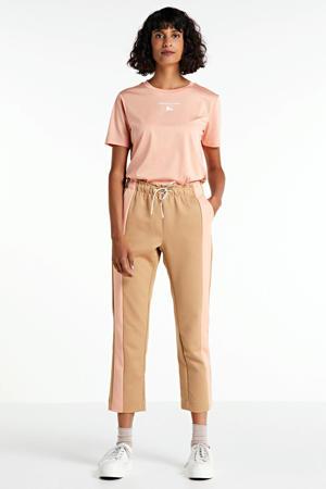 gestreepte tapered fit broek bruin/roze