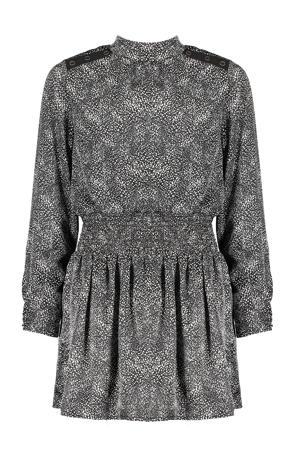 satijnen jurk Milin met all over print en plooien zwart/wit
