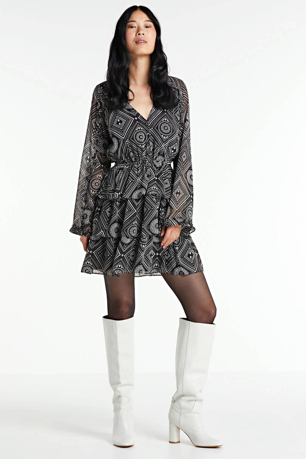 NIKKIE Selected By Kate Moss jurk Floor met grafische print en ruches zwart, Zwart