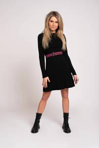 NIKKIE jurk Kina met ceintuur zwart, Zwart