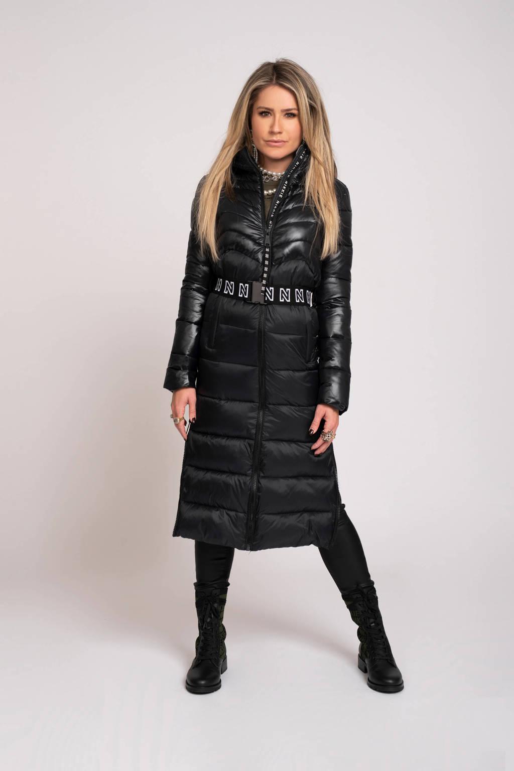 NIKKIE gewatteerde jas Aria met ceintuur zwart, Zwart