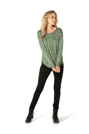 fijngebreide trui Ameya met slangenprint groen