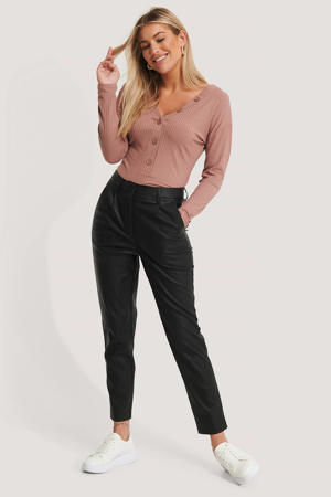 imitatieleren cropped high waist tapered fit broek zwart