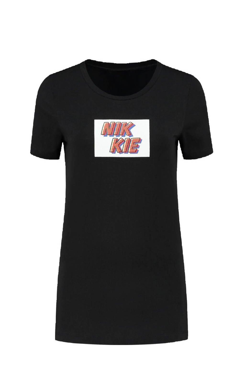 NIKKIE T-shirt Pop Art met tekst zwart, Zwart