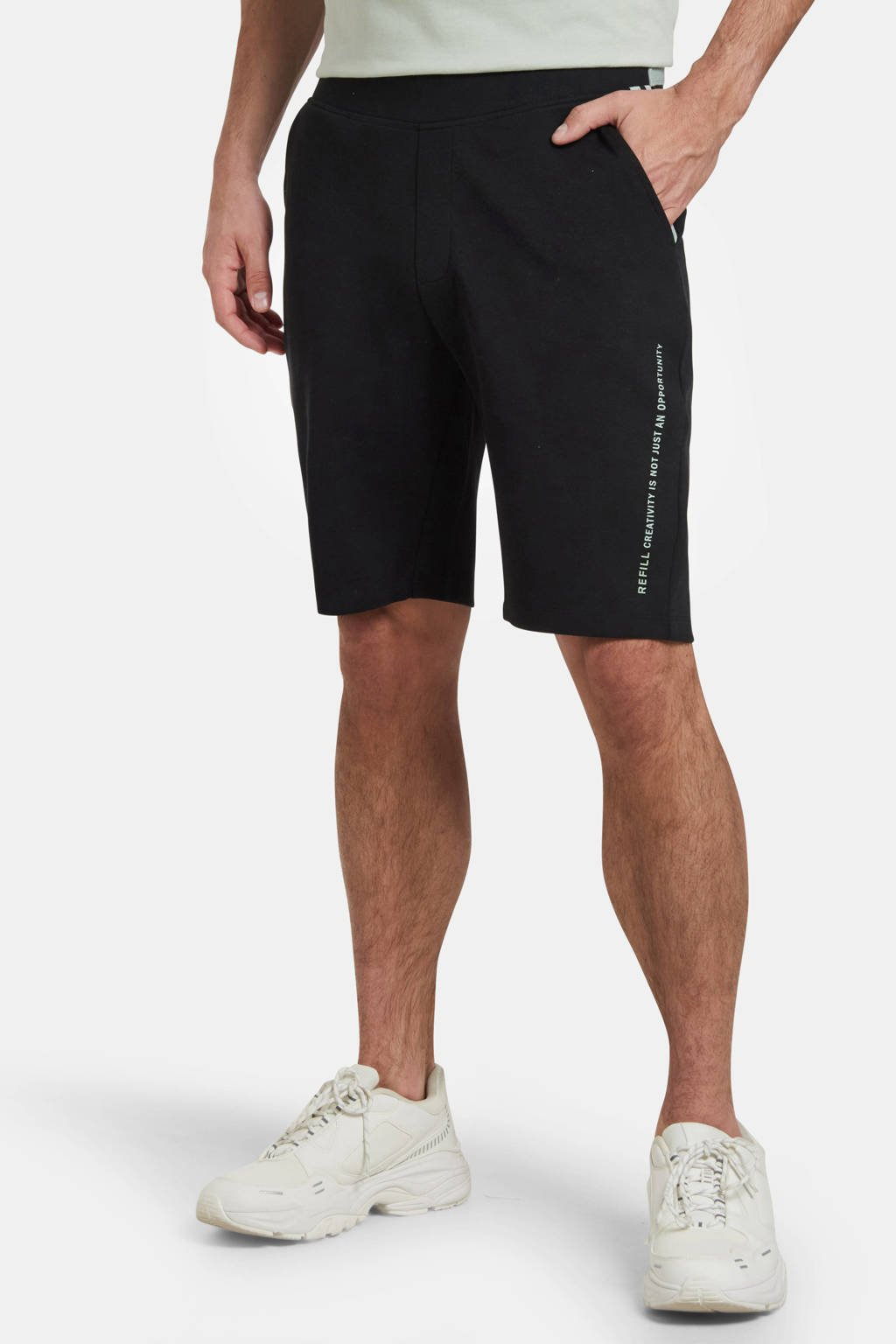 Refill by Shoeby slim fit sweatshort Harm met tekst zwart, Zwart