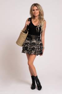 NIKKIE mini rok Fay-Lee met all over print en volant zwart, Zwart