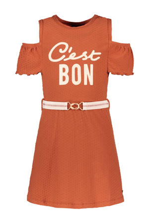open shoulder jurk met tekst cognac bruin/wit