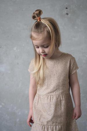 jurk Nasira met all over print en volant zand/grijs