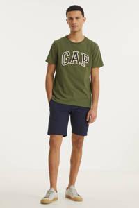 GAP T-shirt Bas Arch met logo olijfgroen, Olijfgroen