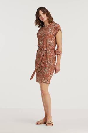 jurk BYUMALLI LEO  met all over print en ceintuur roodbruin