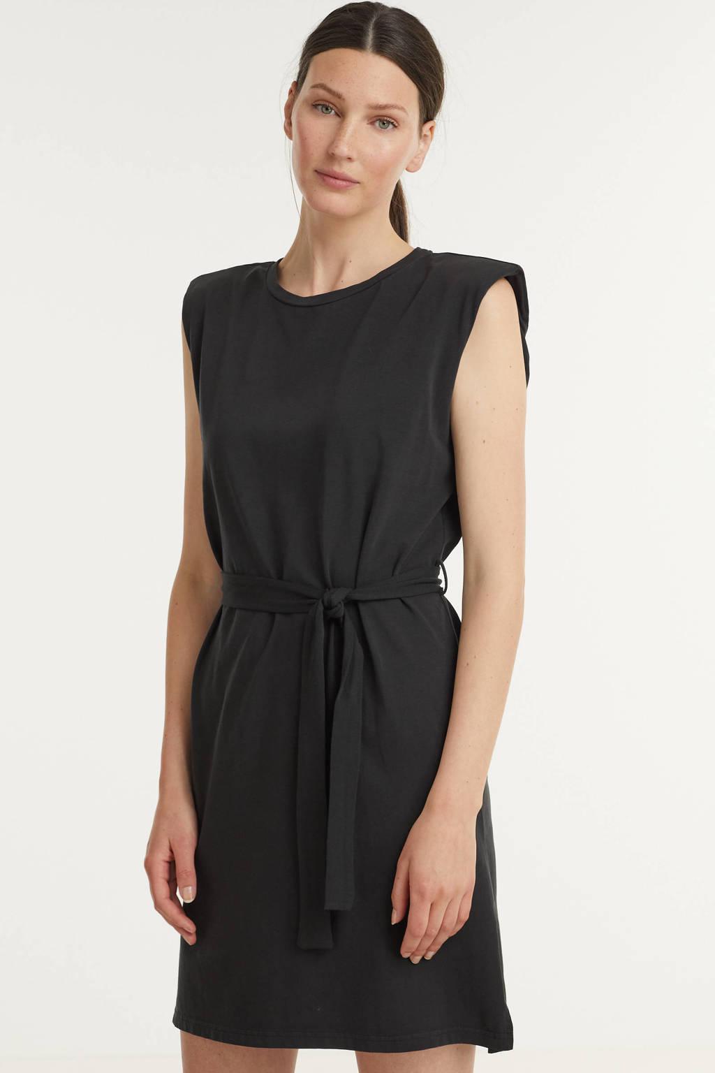 B.Young jurk met ceintuur zwart, Zwart