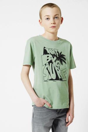 T-shirt Eamon = met printopdruk sage