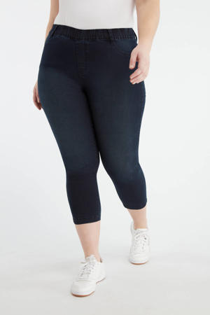 skinny jegging dark denim