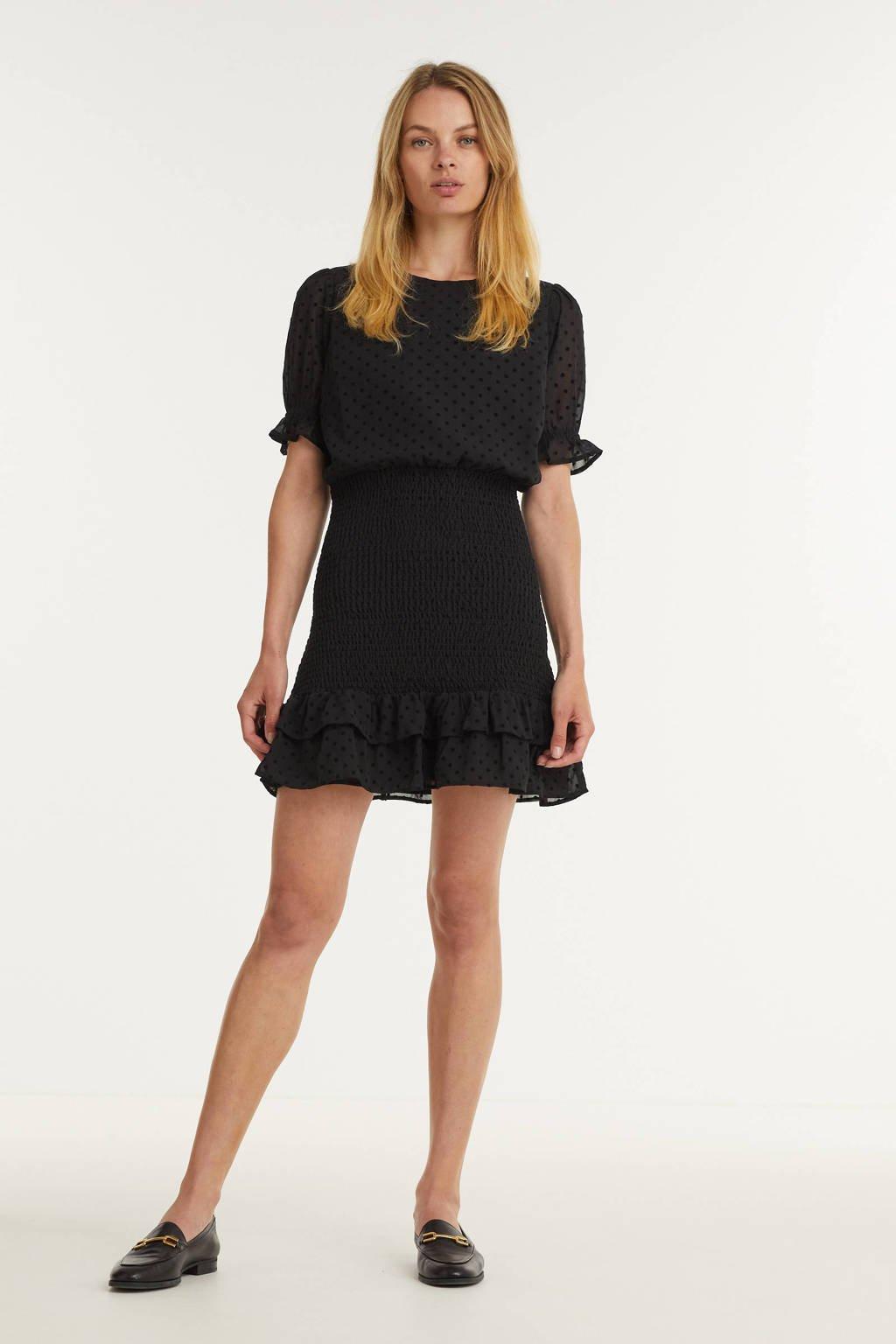 NIKKIE jurk Rivka met stippen en ruches zwart, Zwart