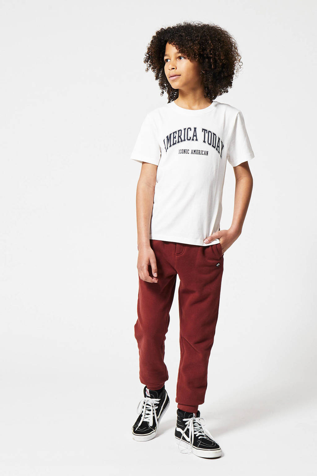 America Today Junior T-shirt Evan Varsity met tekst off white, Off White