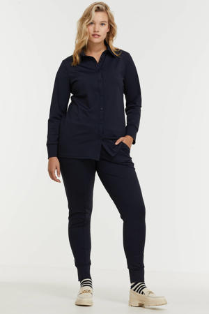 blouse van travelstof Laila met open detail donkerblauw