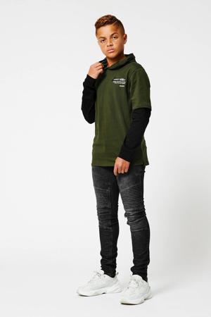 longsleeve Lloyd  met tekst army groen/zwart
