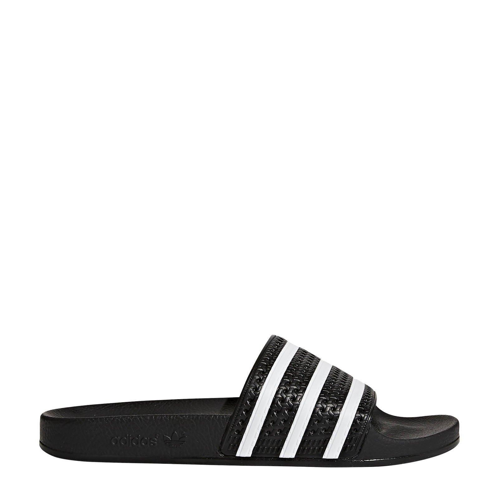 adidas Originals adilette Slippers in zwart en wit
