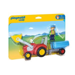 Boer met tractor en aanhangwagen